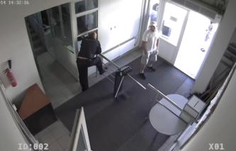 Предполагаемый преступник (справа). Снимок с камеры видеонаблюдения