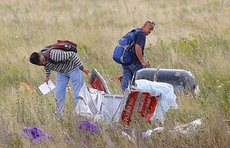 Эксперты из Малайзии осматривают обломки самолета на месте крушения