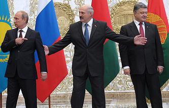 Президент России Владимир Путин, президент Белоруссии Александр Лукашенко, президент Украины Петр Порошенко (слева направо)