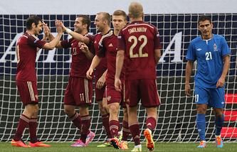 Футболисты сборной России празднуют забитый гол
