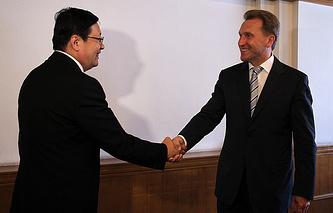 Министр финансов КНР Лоу Цзивэй и первый вице-премьер РФ Игорь Шувалов (слева направо) во время встречи в рамках российско-китайской межправительственной комиссии по инвестиционному сотрудничеству. 9 сентября 2014 года