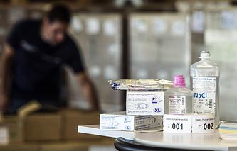 Медикаменты для отправки с борьбой с вирусом Эбола в центре Красного Креста