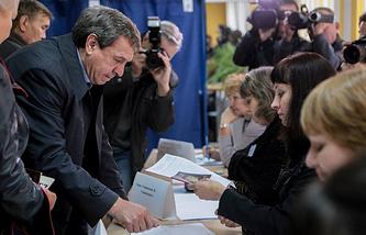 Врио губернатора Новосибирской области Владимир Городецкий на избирательном участке