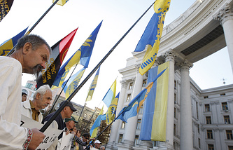 Участники митинга в поддержку законопроекта о люстрации у здания Верховной рады