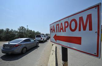 Указатель на автомобильной дороге у Керченской паромной переправы