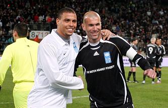 Бывшие футболисты сборных Бразилии и Франции Роналдо и Зинедин Зидан