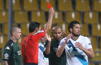 """Гарай (справа) получает красную карточку в матче с """"Краснодаром"""""""