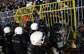 Сербская полиция успокаивает местных фанатов