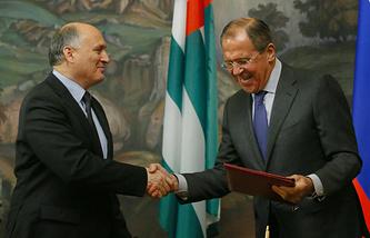 Министры иностранных дел Абхазии Вячеслав Чирикба и РФ Сергей Лавров