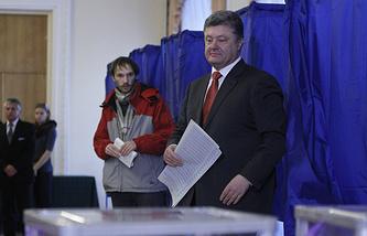 Петр Порошенко голосует на одном из избирательных участков, Киев, 26 октября 2014 года