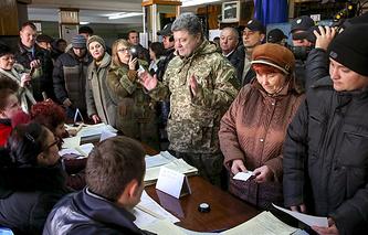Президент Украины Петр Порошенко на избирательном участке в Краматорске