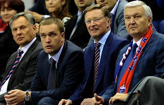 Андрей Ватутин (второй слева) и Сергей Иванов на матче ЦСКА