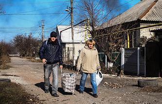 Местные жители на улицах Донецка