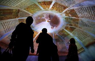 """Посетители на выставке """"Моя история. Рюриковичи"""" в Центральном выставочном зале """"Манеж"""""""
