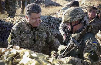 Петр Порошенко (слева)