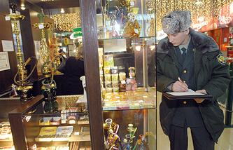 Сотрудник ФСКН во время рейда по проверке магазинов, продающих табак и курительные смеси