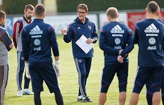 Фабио Капелло (в центре) и футболисты сборной России