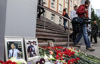 Цветы у здания ВГТРК в память о погибших журналистах ВГТРК