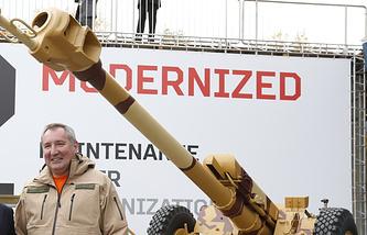 Дмитрий Рогозин во время посещения IX Международной выставки вооружения Russia Arms EXPO