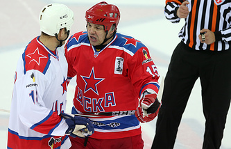 Андрей Коваленко (по центру)