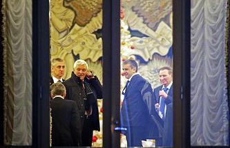 Участники заседания контактной группы (справа налево) бывший президент Украины Леонид Кучма, посол России на Украине Михаил Зурабов,  посол России в Белоруссии Александр Суриков