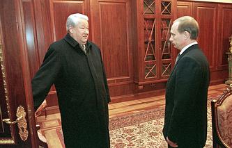 Бывший президент России Борис Ельцин и президент Владимир Путин 31 декабря 1999 года