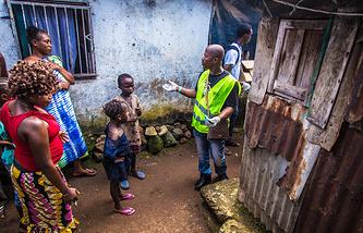 Информирование населения во Фритауне о предотвращении вируса Эбола