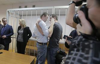 Алексей и Олег Навальные (в центре слева направо)