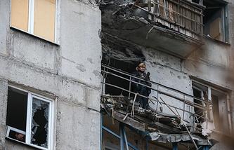 Последствия обстрела жилого дома в Горловке