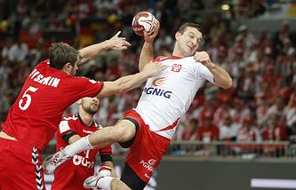 Эпизод из матча между сборными России и Польши