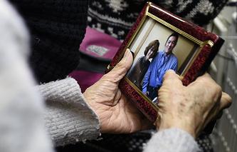 Мать заложника Кэндзи Гото держит в руках фотографию, на которой изображены она и ее сын