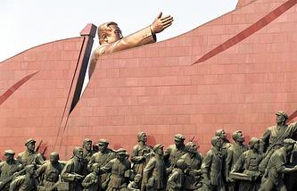 Памятник основателю северокорейского государства Ким Ир Сену на холме Мансу в Пхеньяне