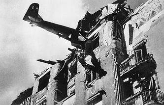 Немецкий самолет врезался в жилой дом