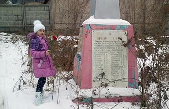 Софья Журавлева возле памятника воинам, погибшим в ВОВ