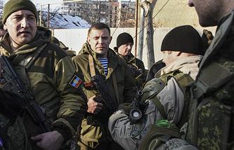Александр Захарченко (в центре) в Донецке