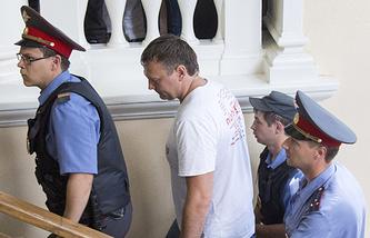 Андрей Захаров (в центре), обвиняемый в покушении на посредничество во взяточничестве, в Ленинском суде Ярославля