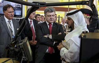 Президент Украины Петр Порошенко и верховный главнокомандующий ОАЭ Мухаммед Аль Нахайян (справа) на выставке IDEX-2015