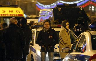 Место происшествия на Васильевском спуске в Москве, 28 февраля 2015 года. На фото: Михаил Касьянов, Илья Яшин, Ксения Собчак (слева направо) на месте происшествия