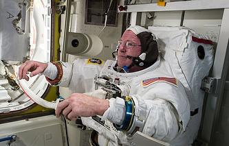 """Астронавт Барри Уилмор во время подготовки к """"космической прогулке"""""""