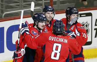 """Хоккеисты """"Вашингтон Кэпиталз"""" радуются победе в матче против """"Торонто Мэйпл Лифс"""""""