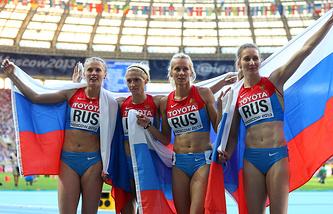 Россиянки после победы в финале эстафетного забега 4x400 м на ЧМ по легкой атлетике