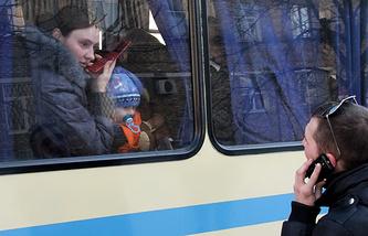 Жители Донецка перед отправкой на территорию России в пункты временного размещения беженцев