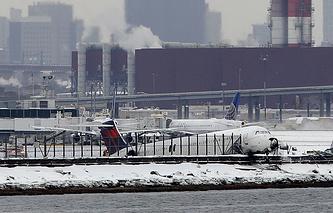 Cамолет авиакомпании Delta в нью-йоркском аэропорту Ла-Гуардиа