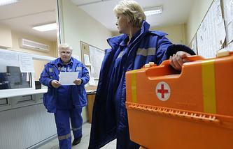 Врачи бригады скорой помощи выезжают на поступивший вызов