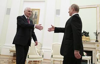 Президент Южной Осетии Леонид Тибилов и президент России Владимир Путин во время встречи в Кремле