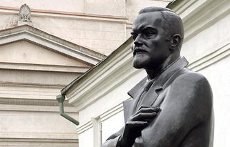Памятник Юрию Рериху, установленный в бывшей усадьбе Лопухиных на территории Международного центра Рерихов