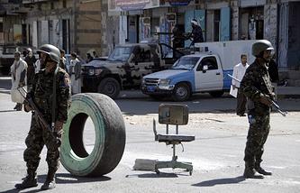 Солдаты йеменской армии (на переднем плане) и шиитские мятежники (на заднем плане)
