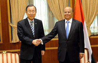 Генсек ООН Пан Ги Мун и ныне беглый президент Йемена Абд Раббо Мансур Хади в ноябре 2012 года