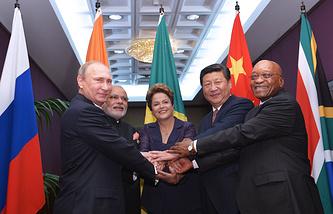 Президент РФ Владимир Путин, премьер-министр Индии Нарендра Моди, президент Бразилии Дилма Роуссефф, председатель КНР Си Цзиньпин и президент ЮАР Джейкоб Зума  во время встречи глав государств и правительств стран-участниц БРИКС перед началом саммита G20 , 15 ноября 2014 года