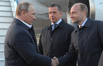 Президент РФ Владимир Путин, вице-премьер - полпред на Дальнем Востоке Юрий Трутнев и министр РФ по развитию Дальнего Востока Александр Галушка (слева направо) в аэропорту Якутска. Сентябрь 2014 года